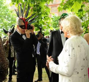 Mario Testino photographie la Duchesse de Cornwall lors d'un dîner de charité.