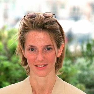 Un an plus tard, Sandrine Kiberlain adopte le style boyish, petite lunettes rondes et make-up nude.