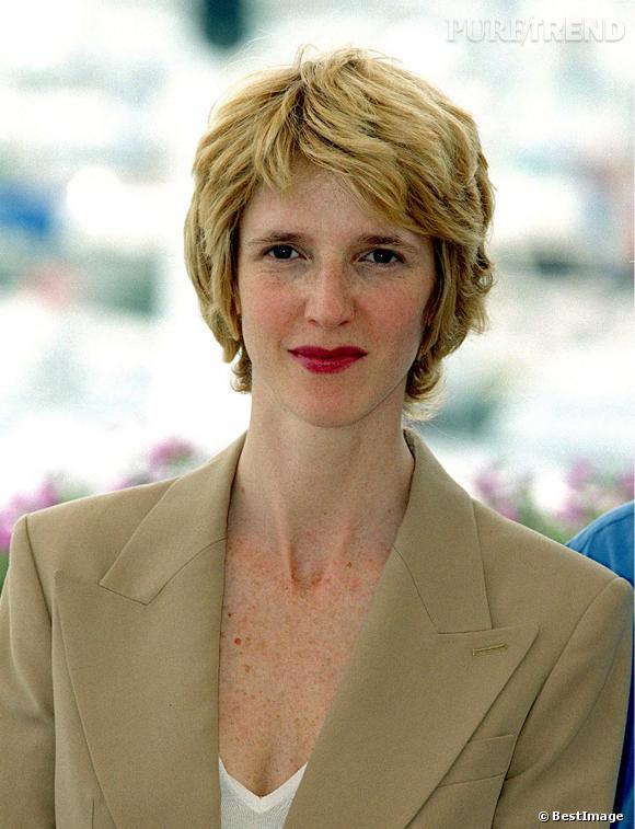 Sandrine Kiberlain change de look et coupe ses cheveux tout court. Pour féminiser son allure, elle porte un peu de rouge à lèvres. Nous sommes en 2001.