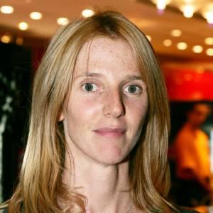 En 2004, les cheveux de l'actrice ont repoussé. Elle adopte toujours la no make-up attitude.