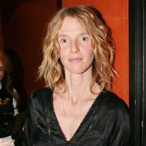 2007, Sandrine Kiberlain commence à faire onduler un peu ses cheveux. Elle découvre le blush mais choisit une couleur qui ne met pas au mieux son teint.