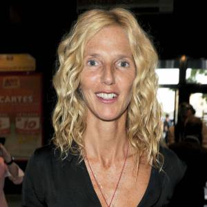 Sandrine Kiberlain trouve son style quelques mois plus tard. Plus glamour, plus féminine, elle est ravissante.