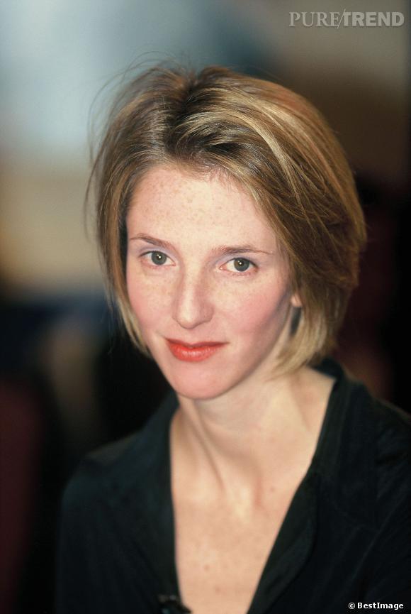 Sandrine Kiberlain est discrète en 1995. Le jeune femme a les cheveux blond cendré, on dirait qu'elle essaye de masquer ses taches de rousseur sous le maquillage.