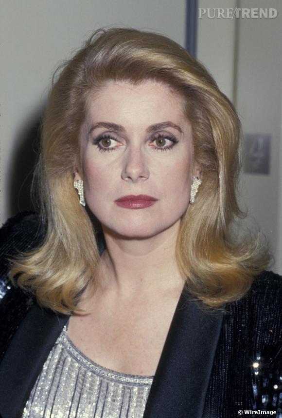 Àla fin des années 80, Catherine Deneuve trouve l'une de ses coiffures fétiches qu'elle gardera longtemps ensuite. Côté look, il y aura en revanche encore beaucoup de changements.