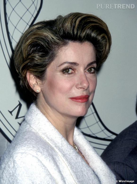 Début des années 90, Catherine Deneuve mise sur une allure légèrement plus stricte.