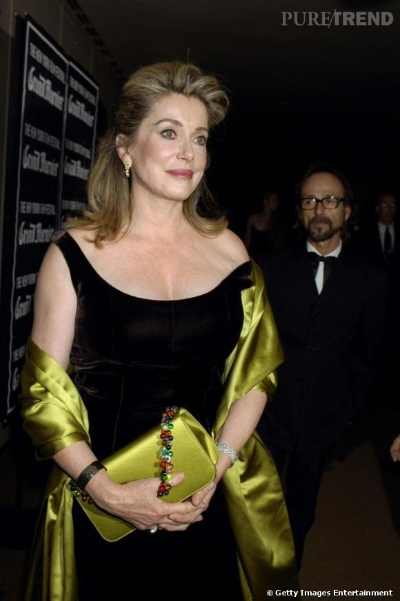 Catherine Deneuve au début des années 2000 dompte la robe noire avec style.