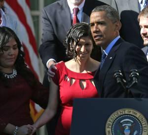 Pendant un discours, Barack Obama vole au secours d'une femme enceinte.