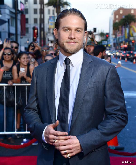 """Charlie Hunnam s'explique sur les raisons de son départ de """"50 Sahdes of Grey""""."""