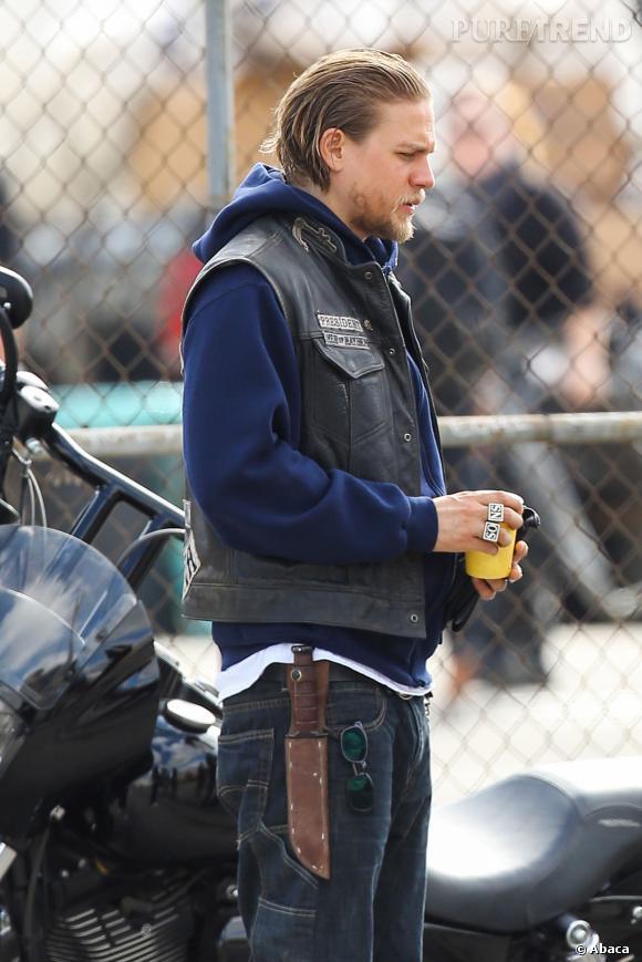 "Charlie Hunnam sur le tournage de ""Sons of Anarchy""."