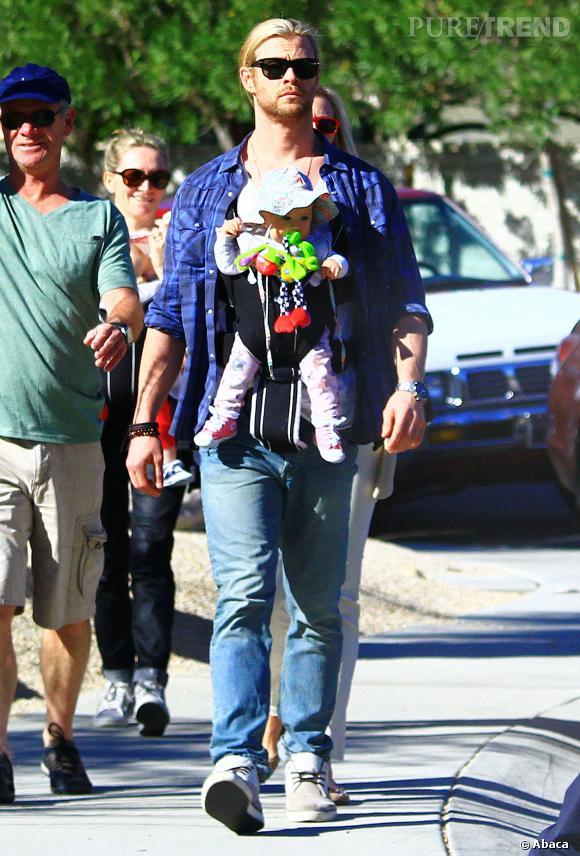 Chris Hemsworth ne tremble pas avec un porte-bébé.