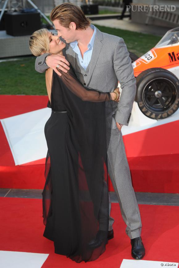 Chris Hemsworth embrasse d'une main Elsa Pataky.