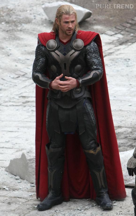 Chris Hemsworth n'a rien de ridicule avec une cape rouge. Son armure moule bien trop ses muscles pour que l'on ose critiquer quoi que ce soit.
