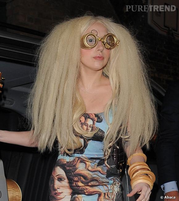 """Lady Gaga prend des airs de savant fou avec cette mise en """"beauté"""" décalée."""
