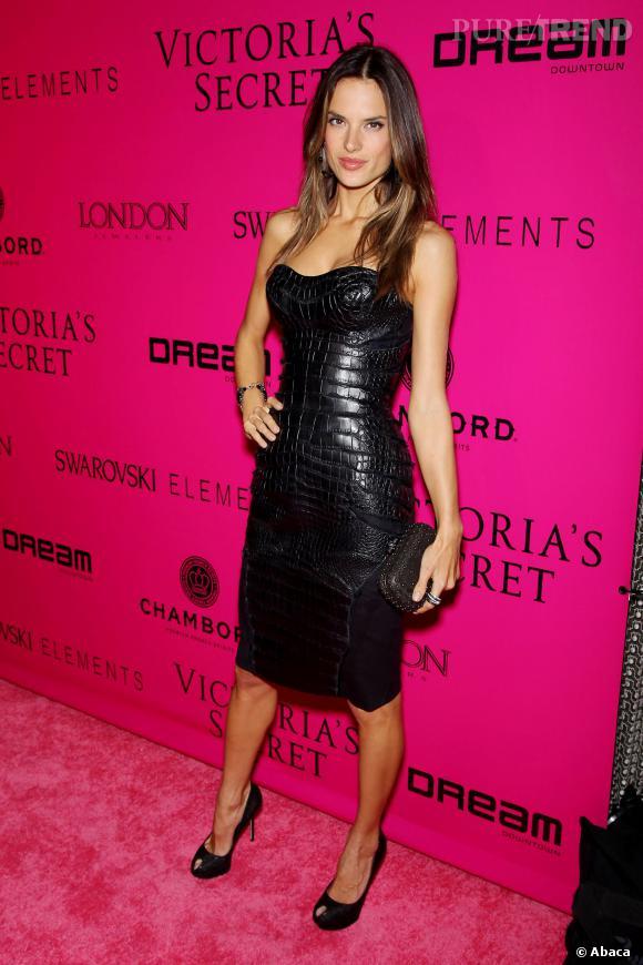 Alessandra Ambrosio et sa robe ultra-moulante.