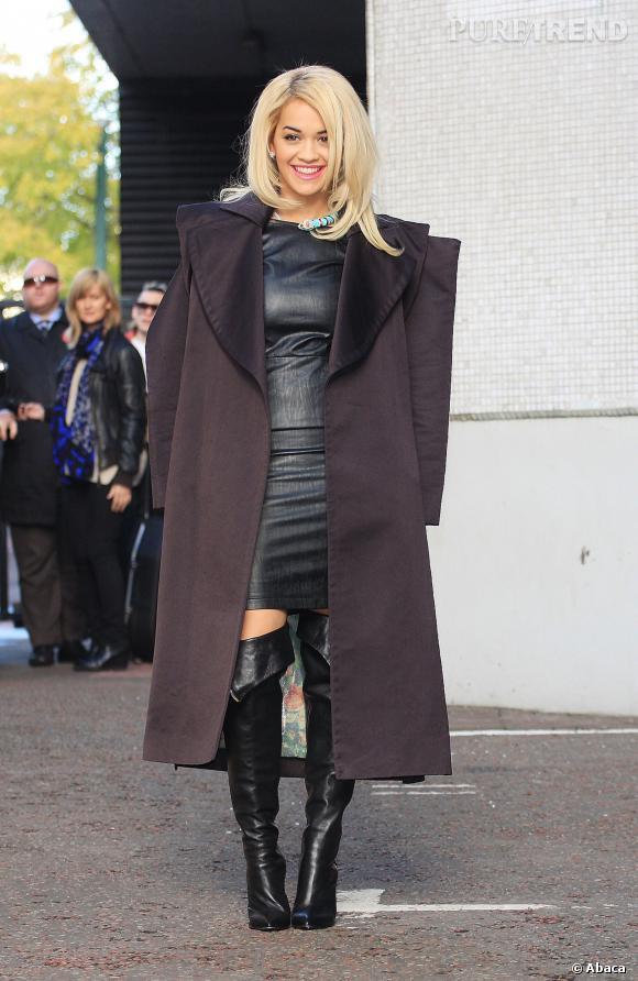 Rita Ora joliment moulée.