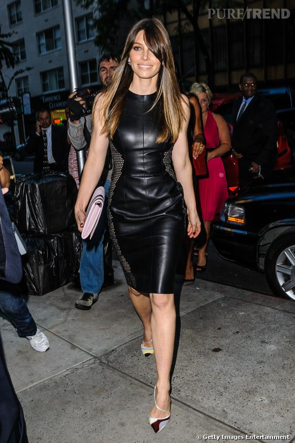 Jessica Biel adopte la robe en cuir à découpes.