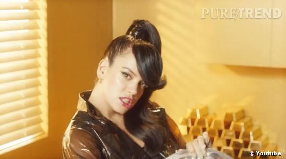 Pour son nouveau clip, Lily Allen affiche un beauty look ultra sophistiqué, grosse frange, pony tail lustrée et make up vulgaire. Un vrai personnage de BD.