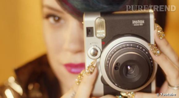 Le nail art est une des passions de Lily Allen. Elle poste régulièrement des photos de ses manucures sur Twitter. Dans son nouveau clip, elle s'en donne à coeur joie.