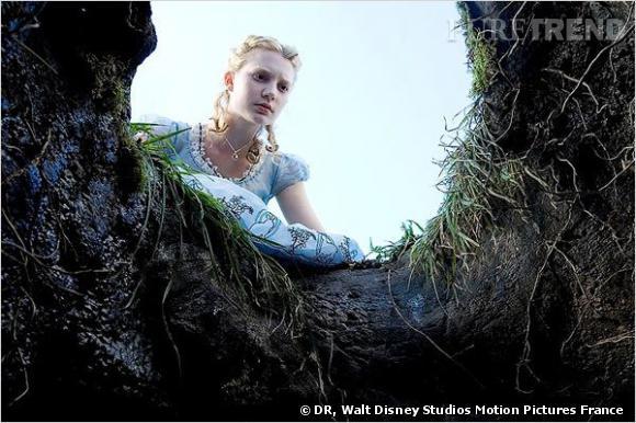 "Mia Wasikowska reprend son rôle d'Alice dans la suite : ""Alice in Wonderland : Into the Looking Glass""."