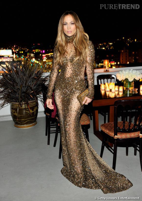 Un peu plus tôt dans la soirée, Jennifer Lopez avait porté une robe Zuhair Murad seconde peau décorée de paillettes.