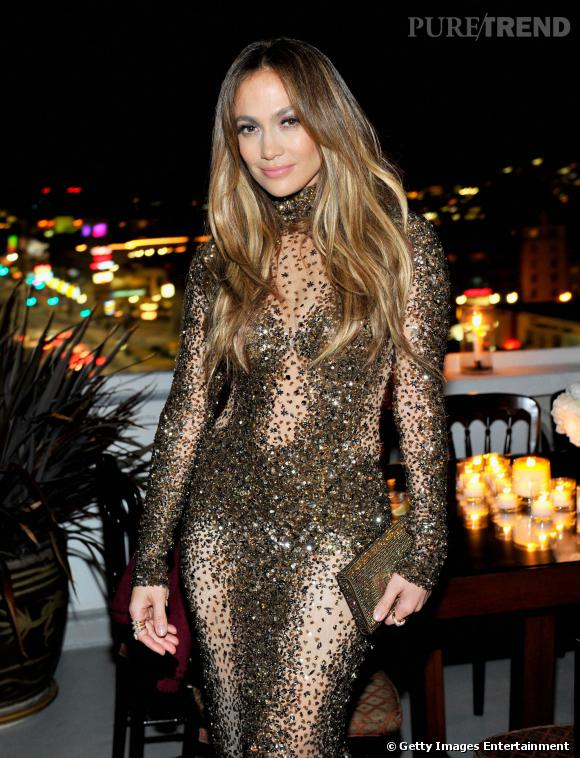 Jennifer Lopez opte pour sa robe signature : presque transparente et surtout, étincelante.