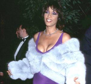 Whitney Houston : une diva en 15 tenues too much