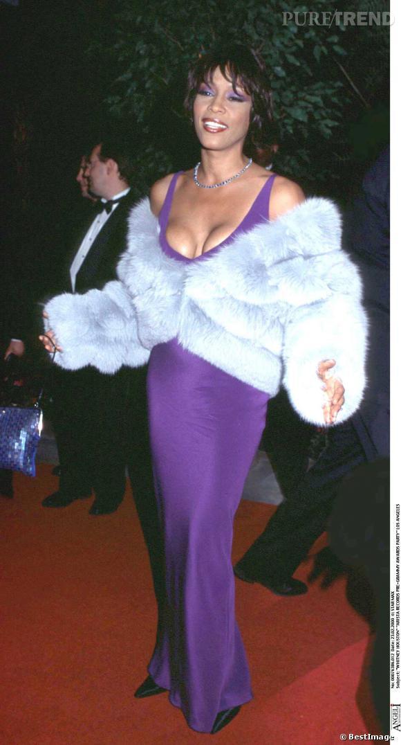 Whitney Houston : décolleté push-up + fourrure + fard à paupières de la même couleur que la robe purple = Warning !