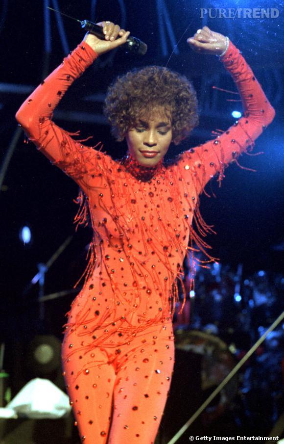 Whitney Houston et son intégral body orange à franges et perles. Il fallait oser.