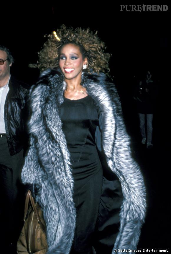Énorme fourrure, grand sourire, méga volume capillaire, Whitney Houston, une femme qui ne fait jamais dans la demi-mesure.