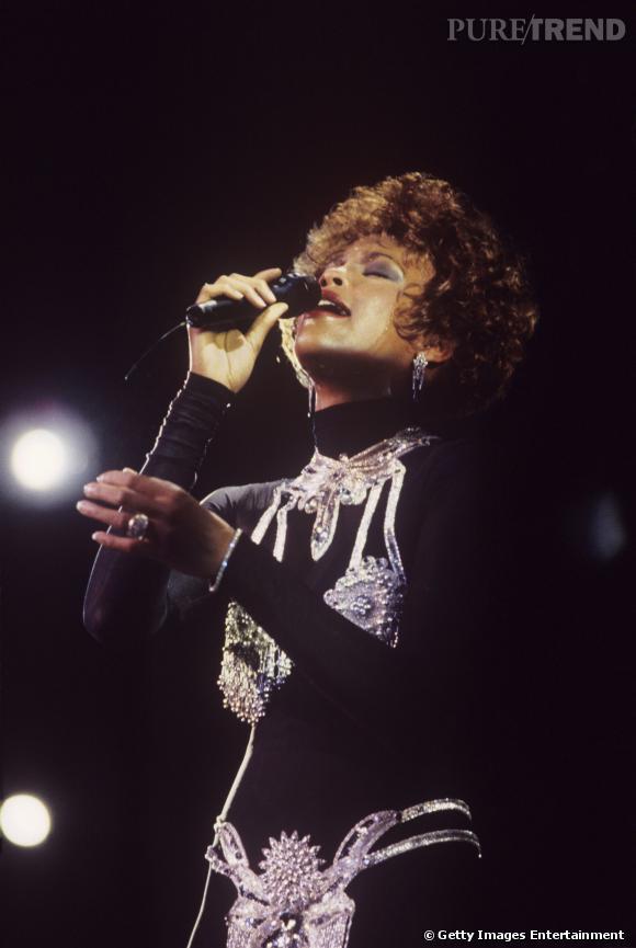 Il n'était pas concevable pour la chanteuse de porter un total look noir. Elle a donc enfilé un soutien-gorge et string en perles.