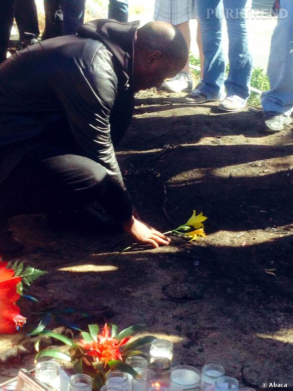 Au lendemain du drame, le partenaire de Paul Walker Tyrese Gibson est venue rendre hommage à l'acteur sur les lieux de l'accident.