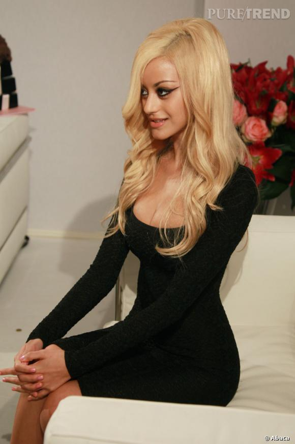 Même en petite robe noire Zahia Dehar interpelle. C'est peut-être grâce au décolleté ?