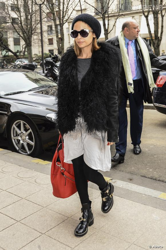 Nicole Richie choisit un bonnet plus épais, pour équilibrer l'ensemble par rapport à sa veste.