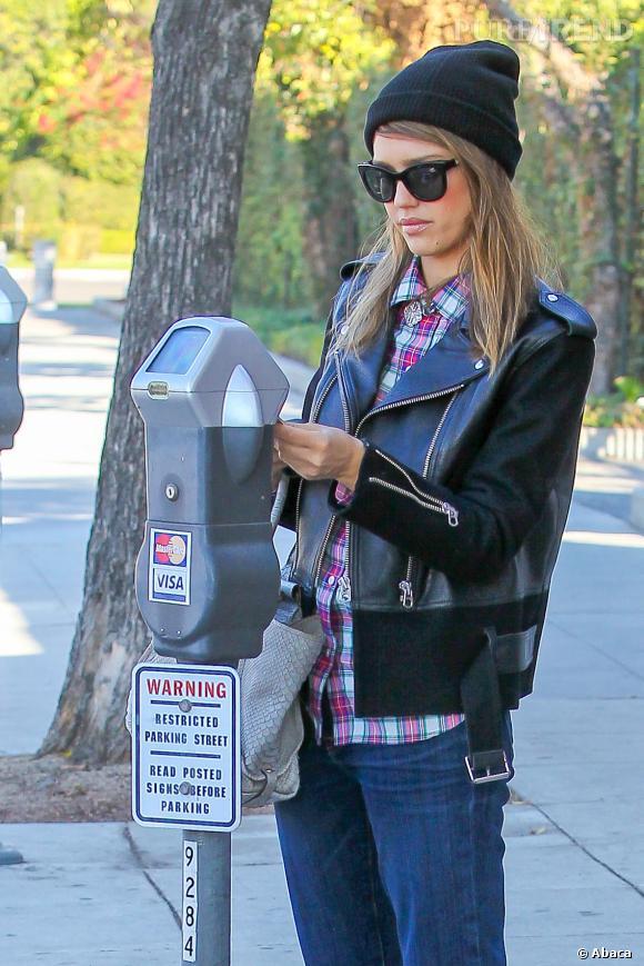 Le bonnet, parfait accessoire de mode pour la fashionista Jessica Alba.