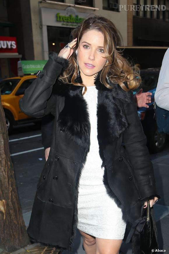 Sophia Bush mise sur une robe blanche ajustée et sur un manteau en peau retournée : son secret pour rester glamour même en période de grand froid !