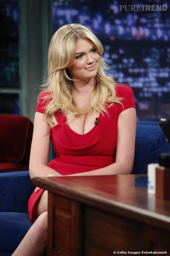 Kate Upton joue les pin up dans une robe rouge au décolleté vertigineux.