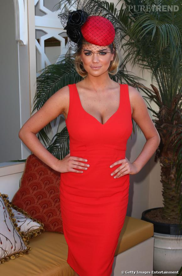 Kate Upton très pin up en robe moulante rouge et bibi.