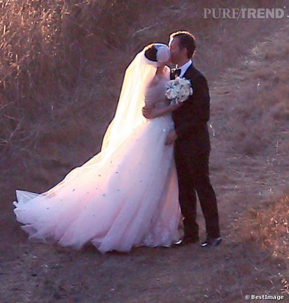 Pour son mariage, Anne Hathaway choisit une robe Valentino avec une traîne en tulle dégradée de rose.