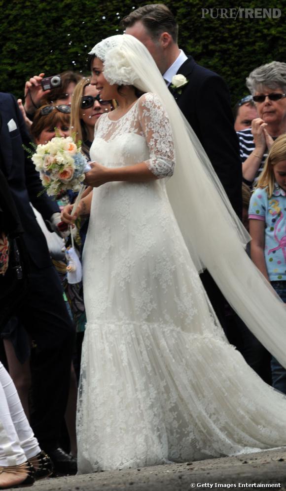 Lily Allen dit oui à Sam Cooper dans une création Delphine Manivet en juin 2011.