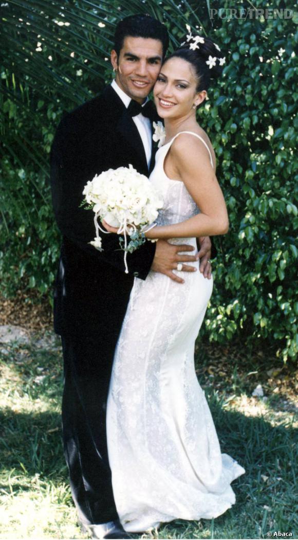 Pour le premier des trois mariage de Jennifer Lopez, la star mise sur une robe discrète.