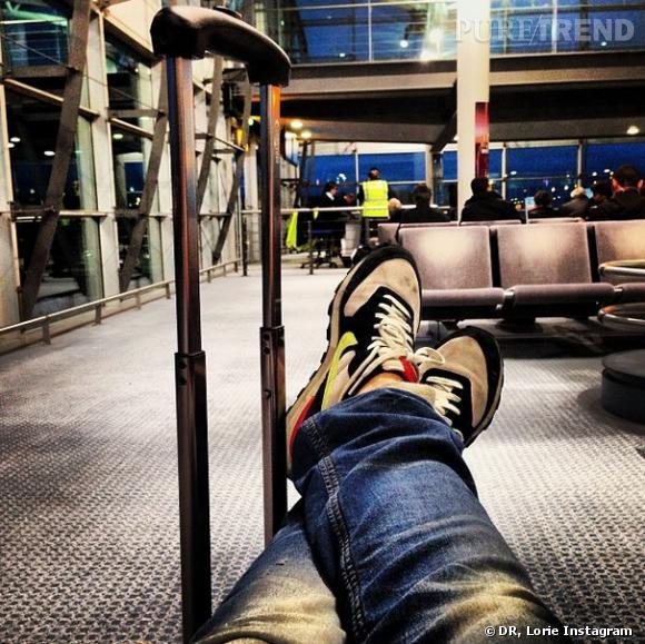 Lorie à l'aéroport.