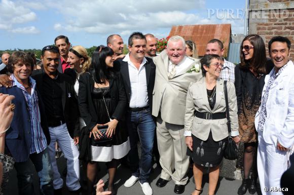 Pierre et Frédérique, entourés des autres candidats de l'émission, lors du mariage de Thierry et d'Annie.