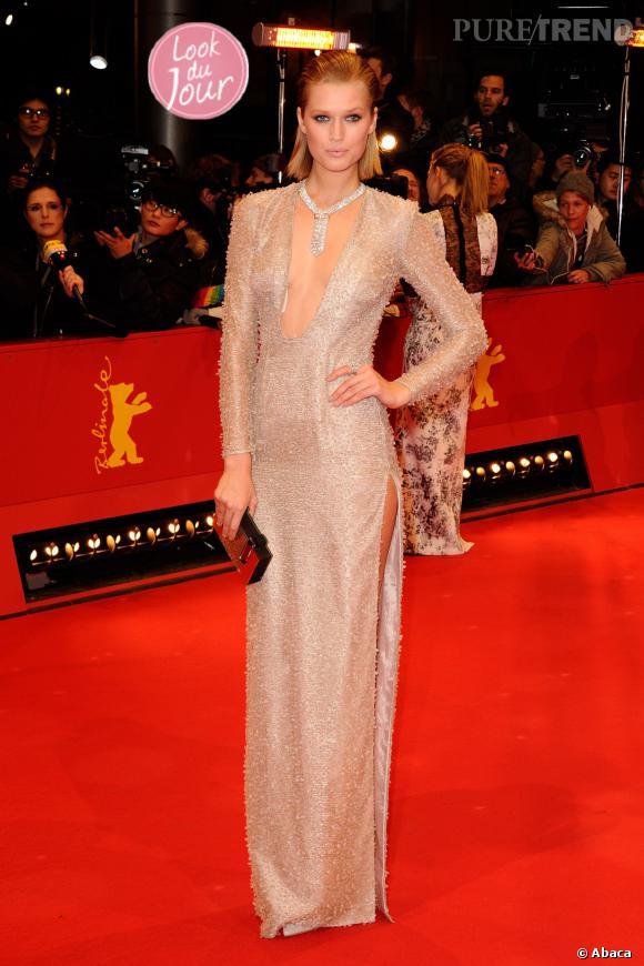 Toni Garrn, elle foule le tapis rouge du Festival International du Film à Berlin dans une robe au décolleté et fendu affolants, le 6 février 2014.
