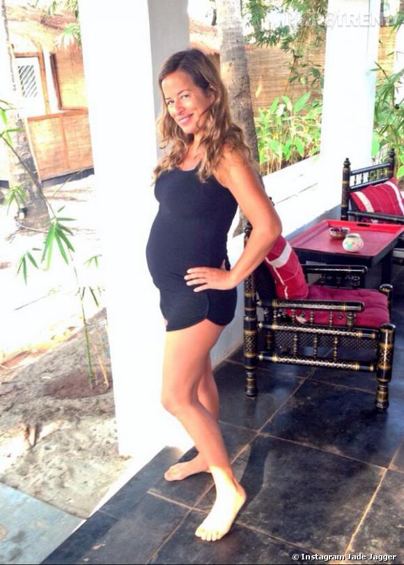 Jade Jagger, enceinte de 6 mois à 42 ans, tout comme sa fille Assisi de 21 ans.