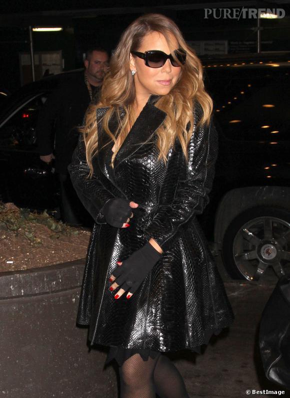 Mariah Carey n'oublie pas de porter ses lunettes de soleil, même de nuit.