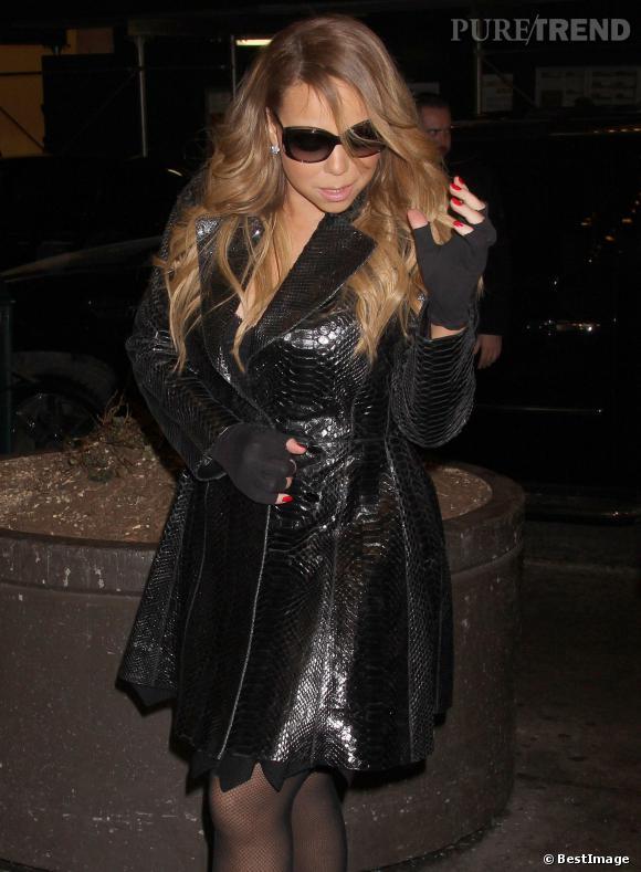 Mariah Carey minaude devant les photographes.