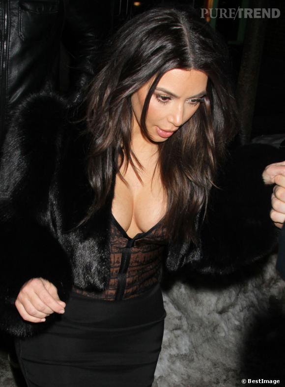 Hier, Kim Kardashian a redonné dans le décolleté XXL le week-end de la St Valentin 2014.