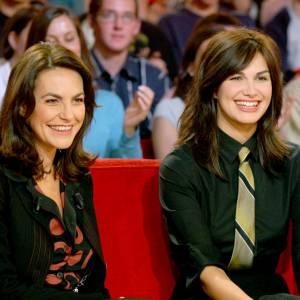 Lio et sa soeur Helena Noguerra sur le plateau de Vivement dimanche en 2004.
