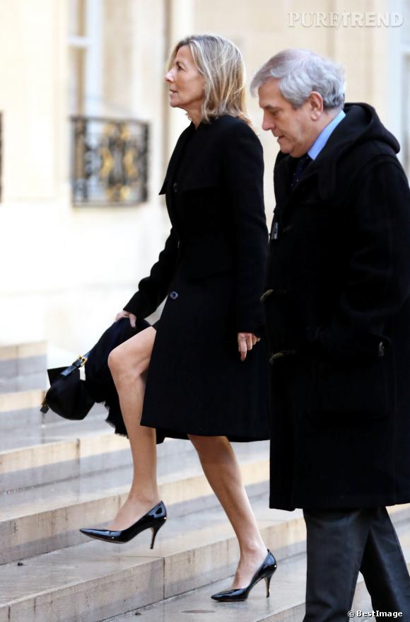 Claire Chazal et ses jambes fuselées, sur les marches du Palais de l'Elysée.