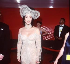 Cher essuie un petit accident lors des Oscars de 1998.